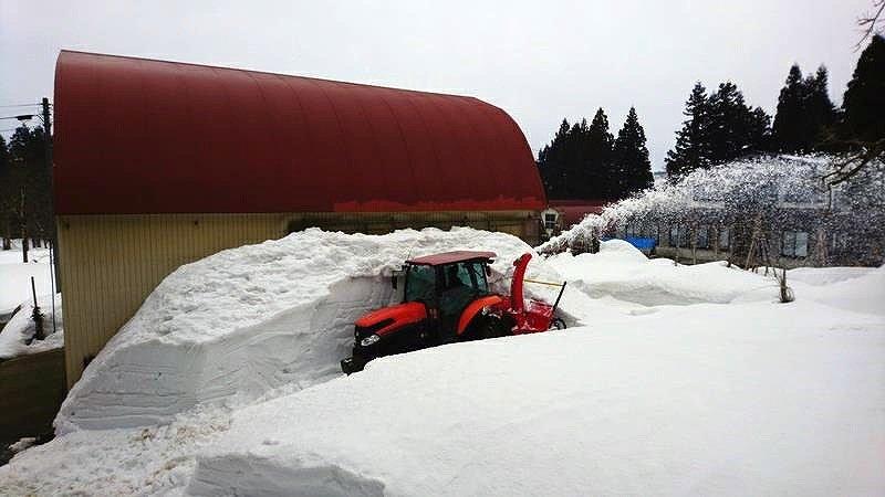 雪で埋もれた作業所や農地の除雪